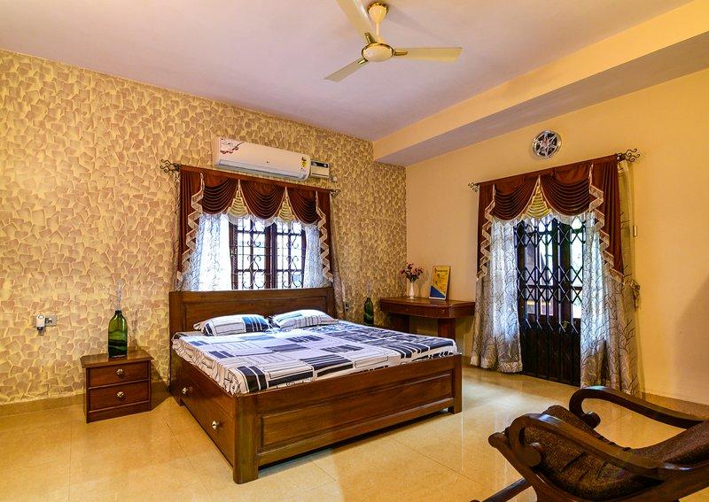 Stunning luxury Villa in Goa India, holiday rental in Sernabatim