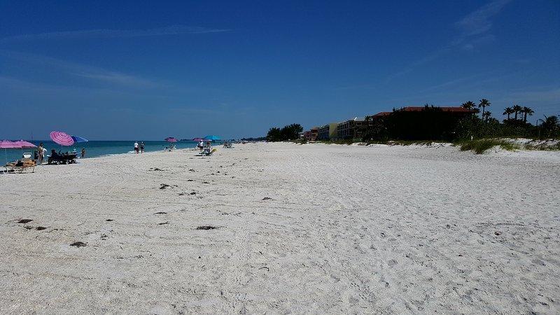 Bara några steg från denna fantastiska strand - du kan inte låta bli att koppla av!