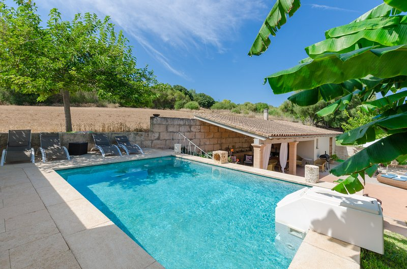 YourHouse Alcudiola, country house with pool and garden, 8 km from the beach, vacation rental in Santa Margalida