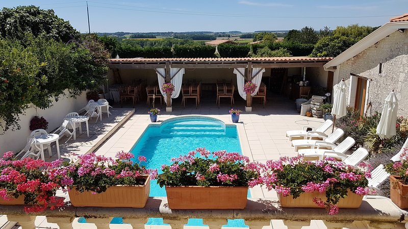 Farmhouse and Barn sleeps 22 with 2 pools, jacuzzi, sauna. Catering available, holiday rental in Baignes-Sainte-Radegonde