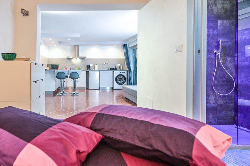 Appartamento con giardino e posto auto vicino al centro e a ospedale maggiore, holiday rental in Riale