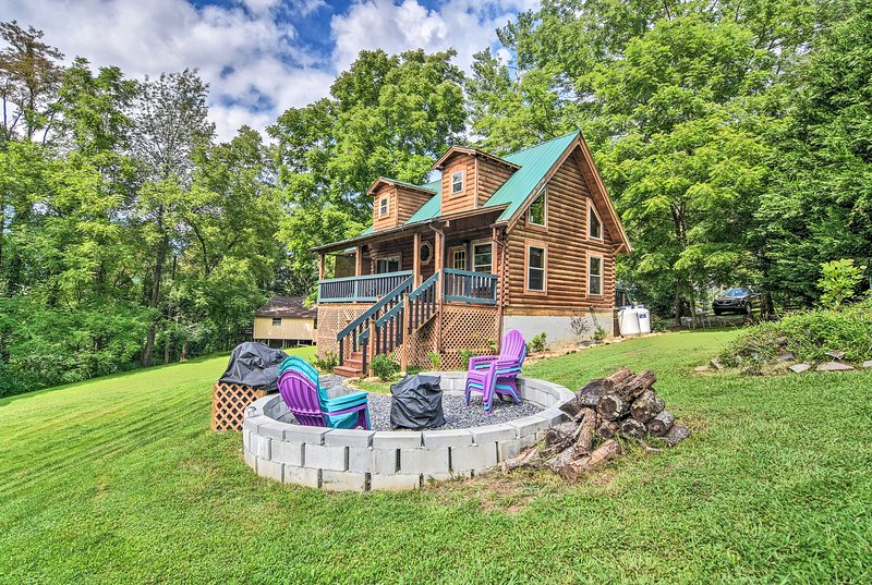 Maggie Valley Family Cabin w/ Porch & Fire Pit!, vakantiewoning in Maggie Valley