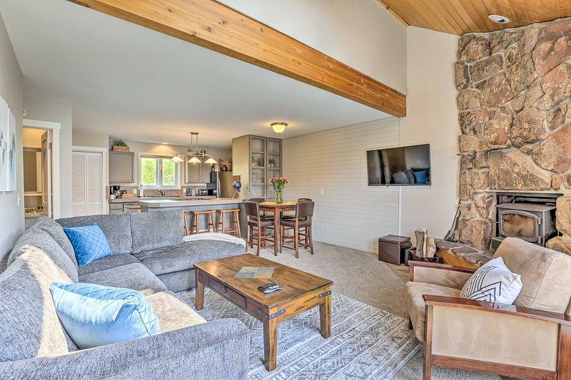 Abierta y espaciosa, esta casa adosada de 2 habitaciones y 2.5 baños es ideal para familias.