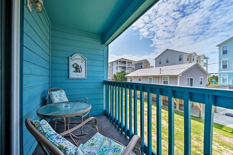 Mire el amanecer desde el balcón de este condominio de vacaciones en Carolina Beach.