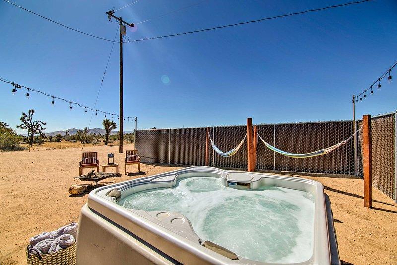 Cozy Cabin w/ Hot Tub, Fire Pit, BBQs & Hammocks!, holiday rental in Landers