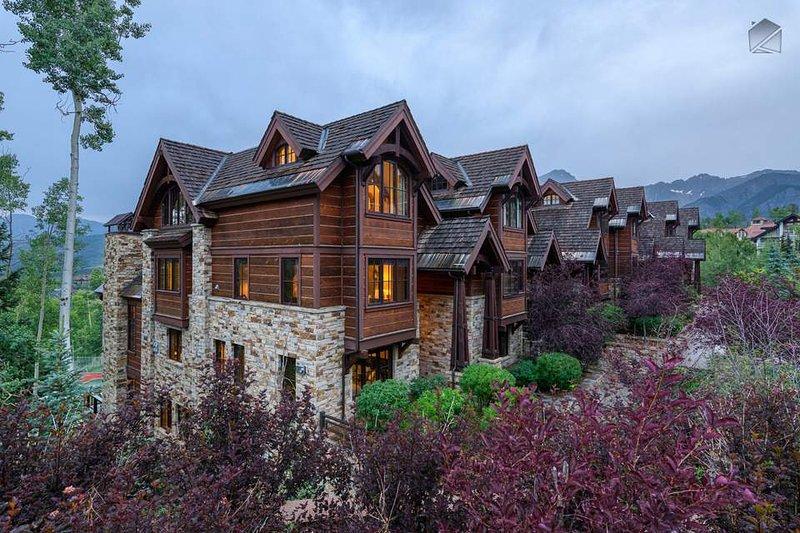 Esta residencia de esquina se eleva sobre Mountain Village, a pocos pasos del núcleo.
