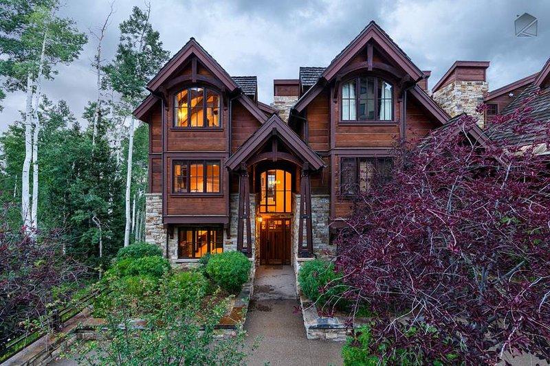 La entrada principal de la casa está orientada hacia Mountain Village Core, y la gran entrada es un presagio de la excelencia que se encuentra en el interior.