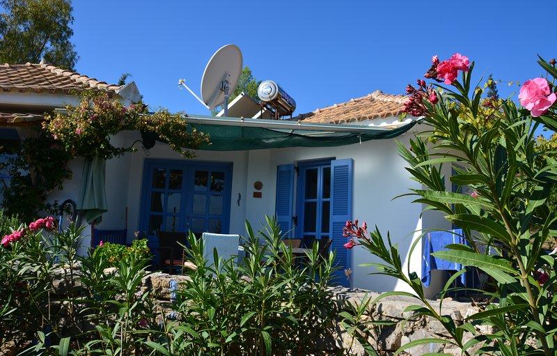 The Olivehouses Bungalow Jana - Ruhe und Erholung inmitten von Oliven, Oleandern, holiday rental in Chrani
