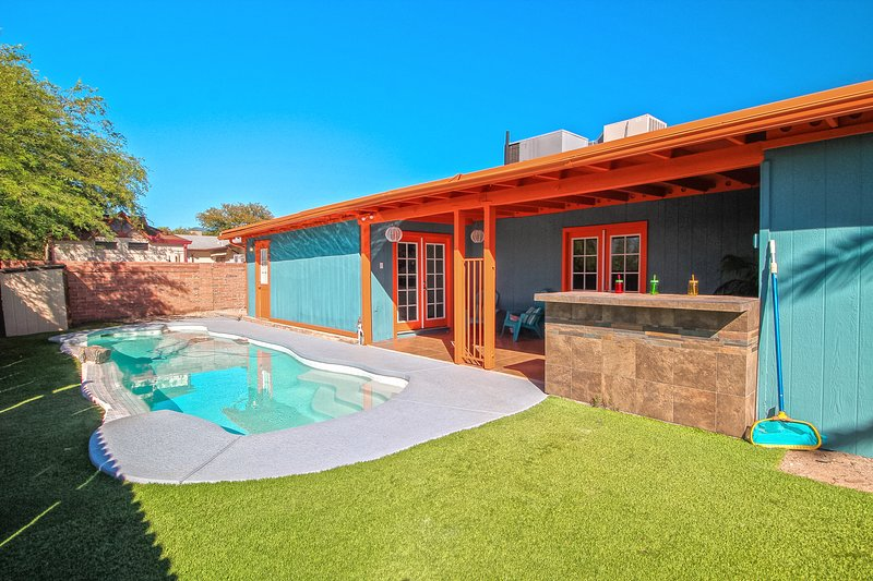 * FULLY REMODELED * POOL * GATED RV * NEXT TO BIKE PATH * CLOSE TO GOLF COURSE *, alquiler de vacaciones en Casas Adobes