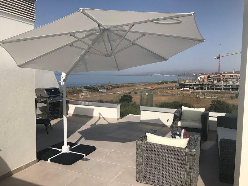 Maravillosa terraza en la azotea con sala de estar, barbacoa y una hermosa vista sobre el mar y sus alrededores.