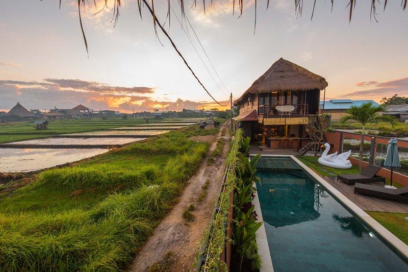 Villa Jade By Dawn - Sunrise Sunset Rice Field Mountain Views, alquiler vacacional en Kerobokan