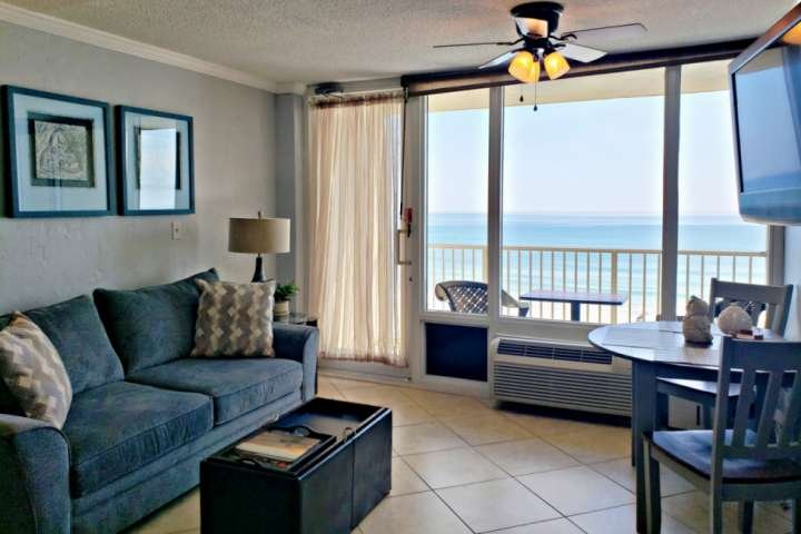 Clean and newly remodeled / decorated ocean-front studio.