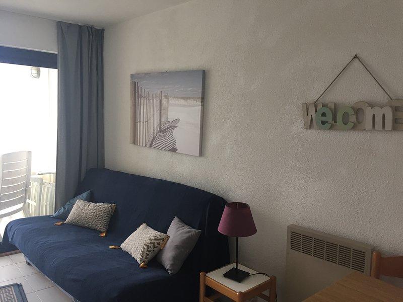 Agréable appartement au pied de l'eau face à Saint Tropez, vacation rental in Cogolin
