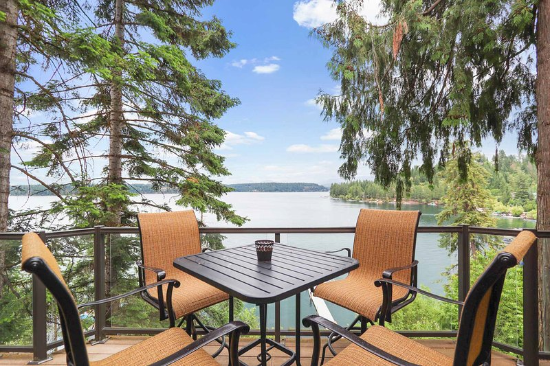 New listing! Lakeside Home w/ Private Hot Tub, Sauna, Game Room, & Home Theater!, holiday rental in Dalton Gardens