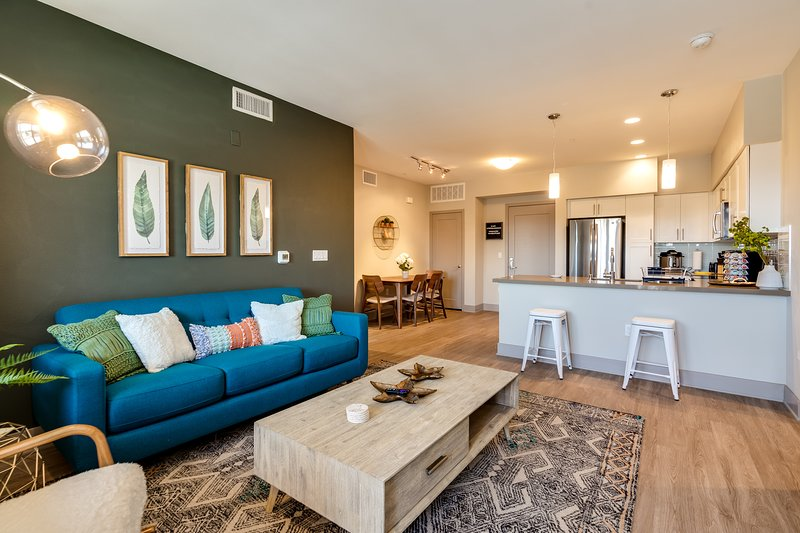 Upscale Executive 2BD Suite, Designr Stay by Disneyland & Convention Center, holiday rental in Brea
