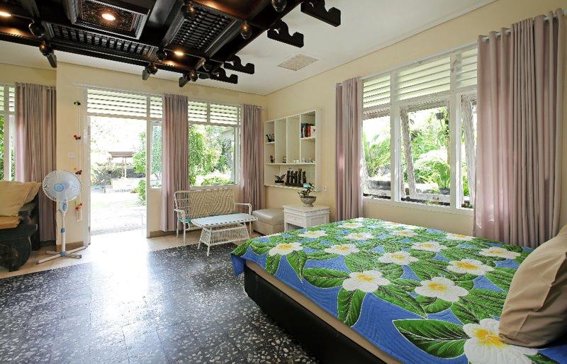 Het interieur van de bungalow met 2 queensize bedden en 1 slaapbank, geschikt voor maximaal 5 personen.