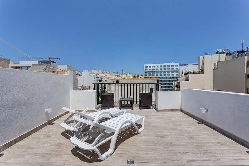 Cosy 1BR Penthouse with Terrace, Great Location  (ENHANCED CLEANING PROTOCOL), location de vacances à Il Gzira