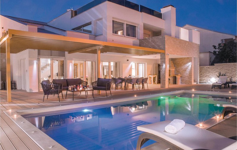Stunning home in Pirovac with WiFi, Outdoor swimming pool and 5 Bedrooms (CDJ655, casa vacanza a Pirovac
