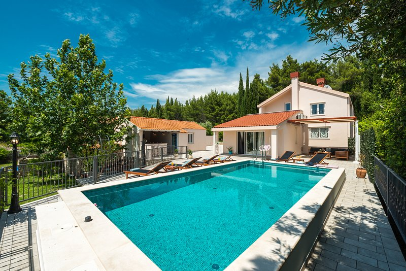 Luxury Villa Divina-with large plot and heated pool, alquiler de vacaciones en Mlini