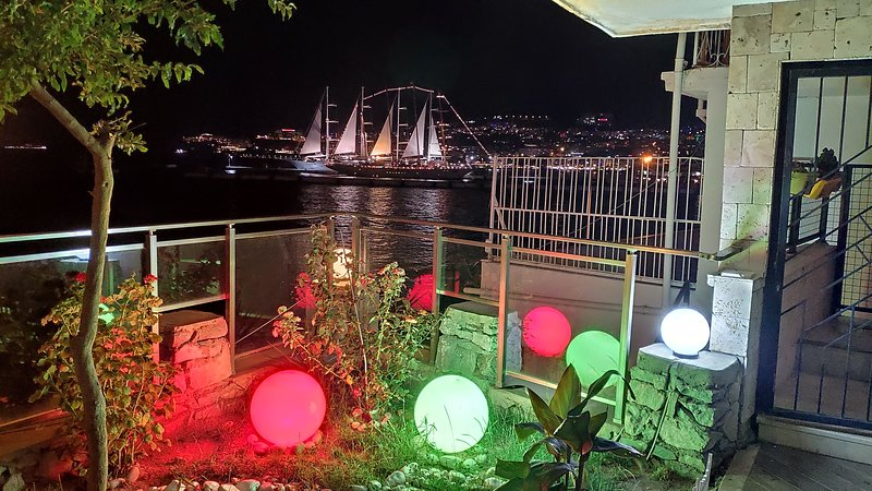 Waterfront Flat in Center with Private Garden and Beautiful Sea and Castle view, casa vacanza a Selcuk