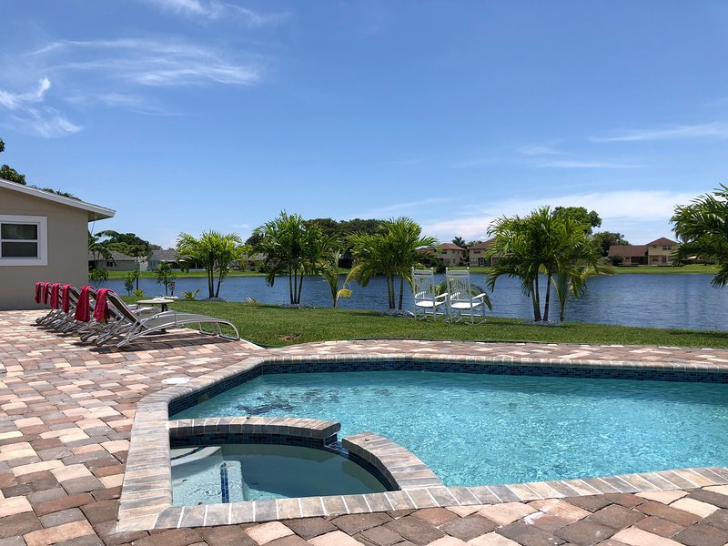 Peaceful Waterfront Home - Pool/Hot Tub/Theater, alquiler vacacional en Lake Worth