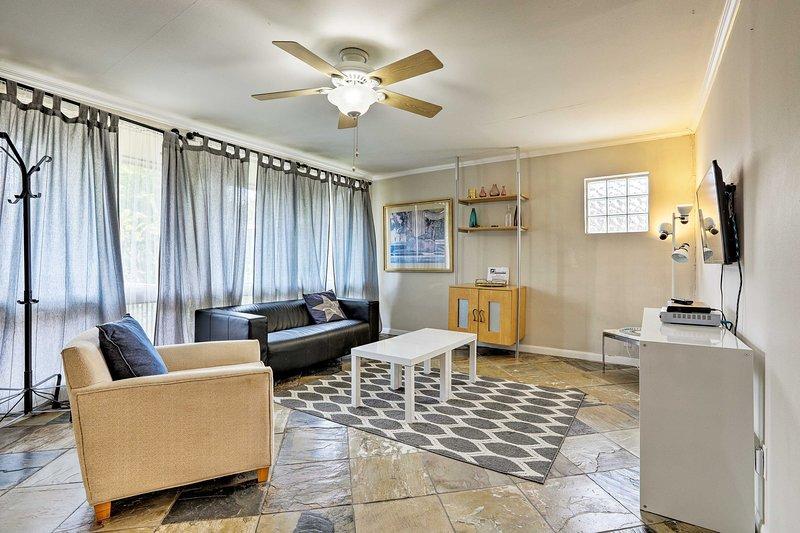 Reagruparse en este apartamento de alquiler de vacaciones después de explorar Houston todo el día.