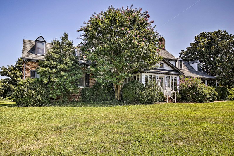 Terre Haute Manor Farmhouse w/ Deck & Grounds, holiday rental in Midlothian