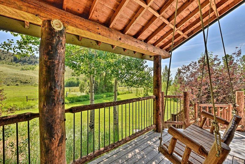 Balancez-vous sur cette terrasse chaleureuse et respirez l'air frais.