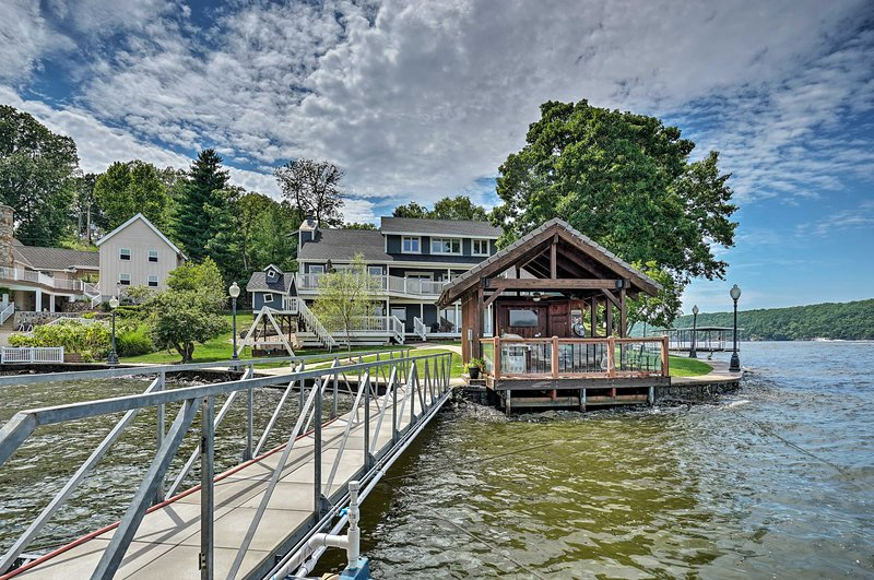 Luxury Lakefront House w/Dock in the Ozarks!, holiday rental in Four Seasons