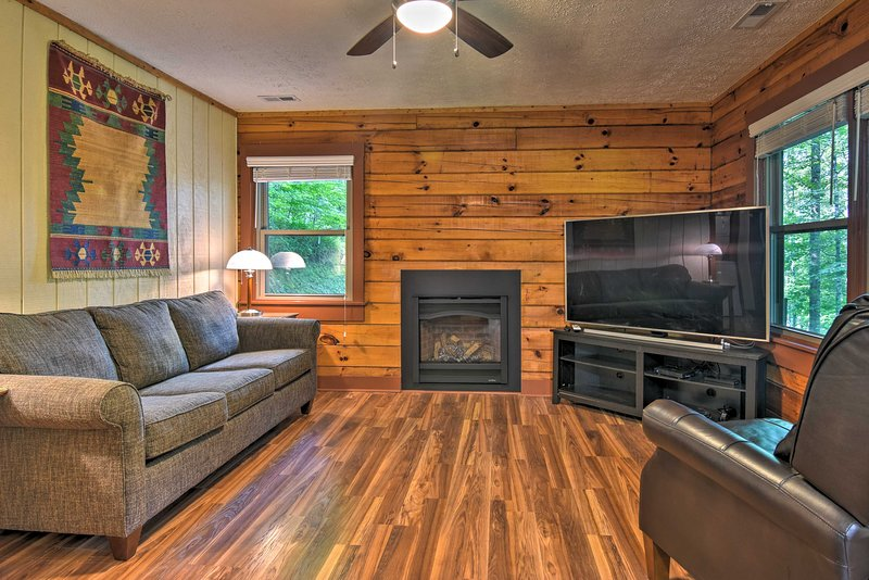 Clyde Cabin w/Porch - Mins to Smoky Mountains, holiday rental in Clyde