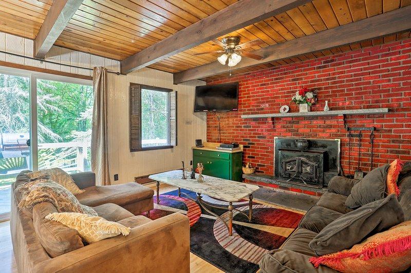 Inviting Hawley Home w/Grill - 3mi to Ski Big Bear, location de vacances à Paupack