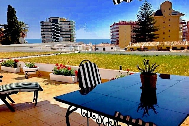 Sun-Drenched apartment with Sea View, Huge Patio & Brand new, free AC/Heating., vacation rental in Fuengirola