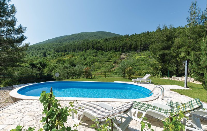 Beautiful home in Slime with WiFi and 3 Bedrooms (CDE940), casa vacanza a Slime