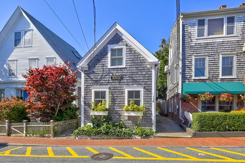 Iconic, fully renovated cottage w/ garden patio - steps to beach & downtown!, location de vacances à Provincetown
