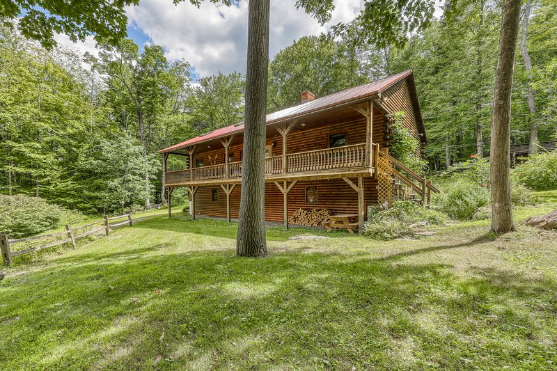 Beautiful log cabin w/covered porch, fire pit, secluded - close to Stratton Mtn!, location de vacances à Wardsboro