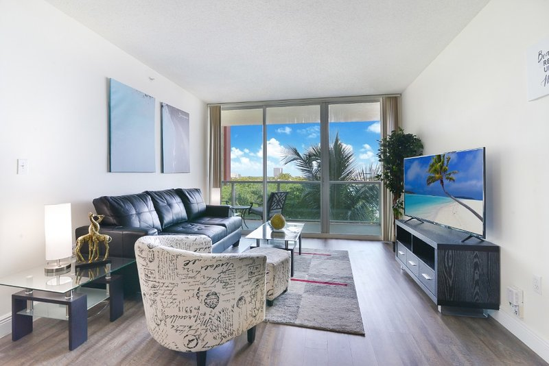 1BR Condo w access to beach, pool & gym, holiday rental in Sunny Isles Beach