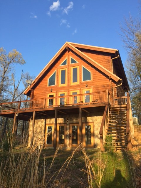 Beautiful custom built log cabin overlooking Lake Norfork on quiet 10 acres, aluguéis de temporada em Salesville