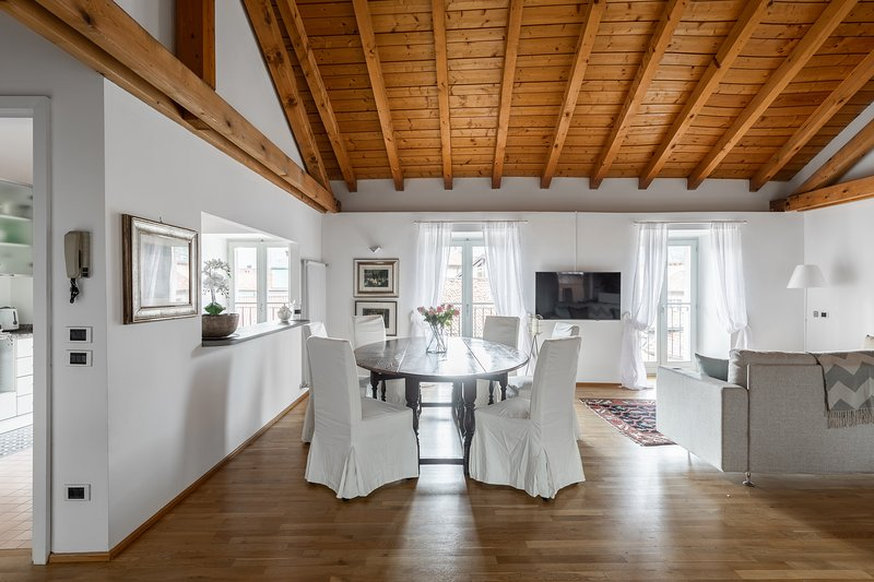 A Casa Nuccia - Mansarda nel cuore di Como, holiday rental in Brunate