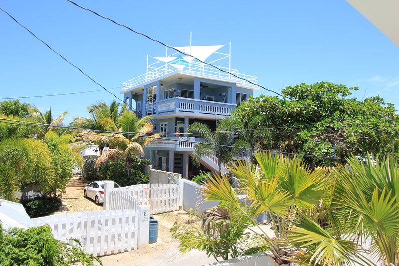5 Bedroom Tropical Vacation Paradise 30 Steps to Shacks Beach, holiday rental in San Antonio