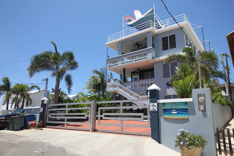 2 Bedroom Tropical Paradise 30 Steps to Shacks Beach, holiday rental in San Antonio