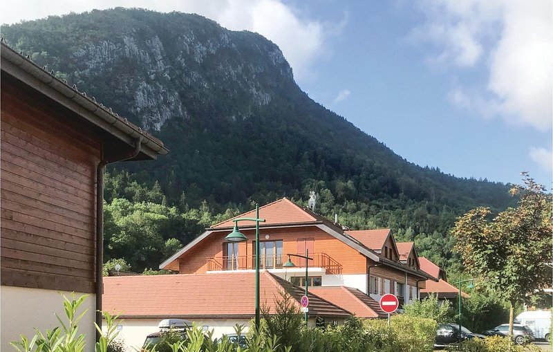 Stunning home in Duingt with WiFi and 3 Bedrooms (FRH022), holiday rental in Duingt