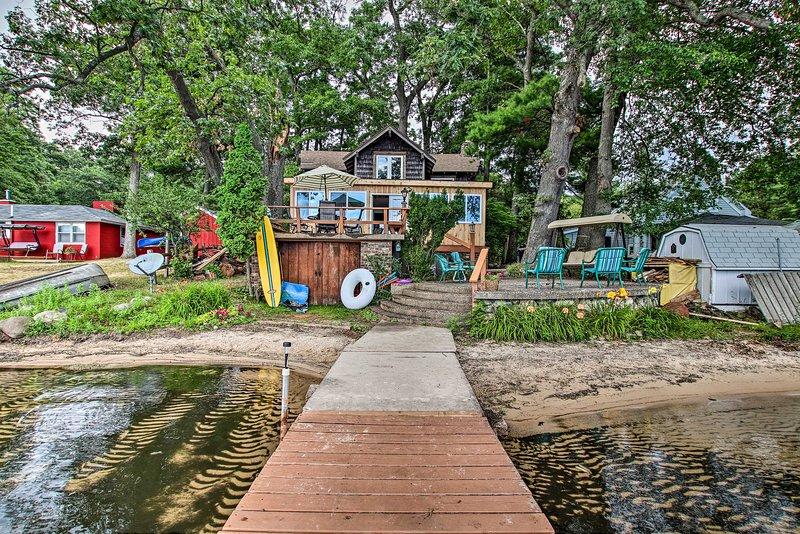 Cedar Lodge at Little Sand Lake w/ Sandy Beach!, holiday rental in Fremont