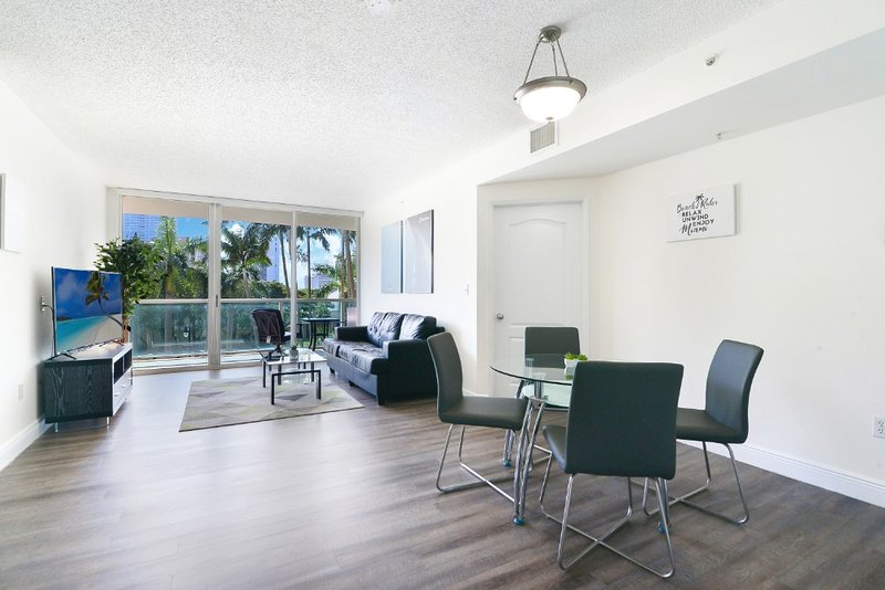 Lovely 1BR Apartment with Balcony & POOL, holiday rental in Sunny Isles Beach