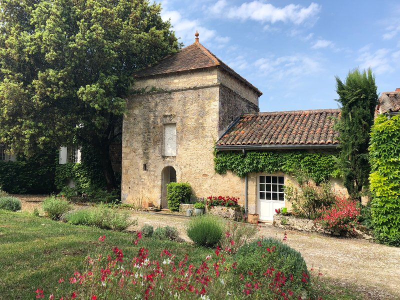Logis de Romainville - Twinned Studio Cottages & Pool, holiday rental in Voeuil-et-Giget