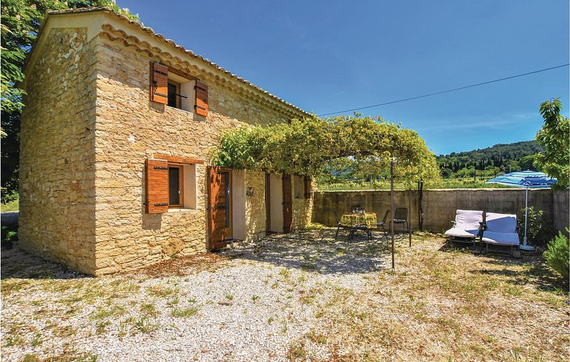 Awesome home in Le Barroux with WiFi and 2 Bedrooms (FPV615), location de vacances à Le Barroux