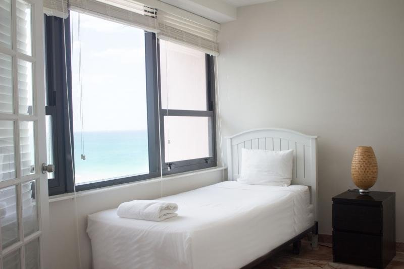 Family Beach Getaway! Lovely 2BR/2BA Apt for 6 Guests, Pool, Right on the Ocean, casa vacanza a North Bay Village