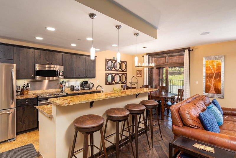 In einer modernen offenen Küche konnten sich alle mit dem Küchenchef unterhalten