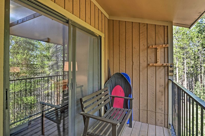 This condo features a private balcony and access to community amenities!