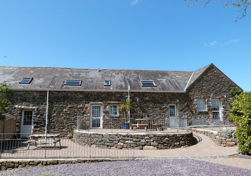 Bythynnod Sarn Group Cottages, vacation rental in Rhiw