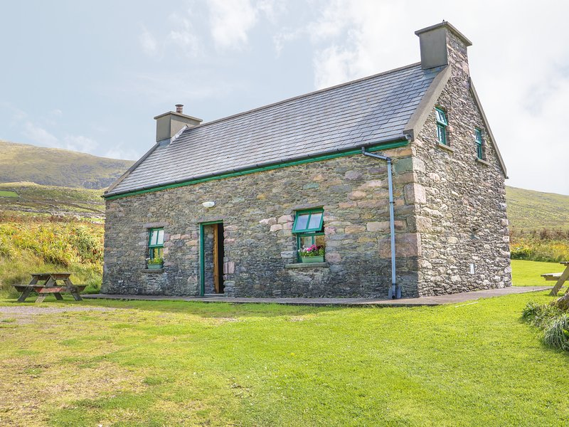 AN NEAD, pet friendly, character holiday cottage, with a garden in Dingle, holiday rental in Cloghane